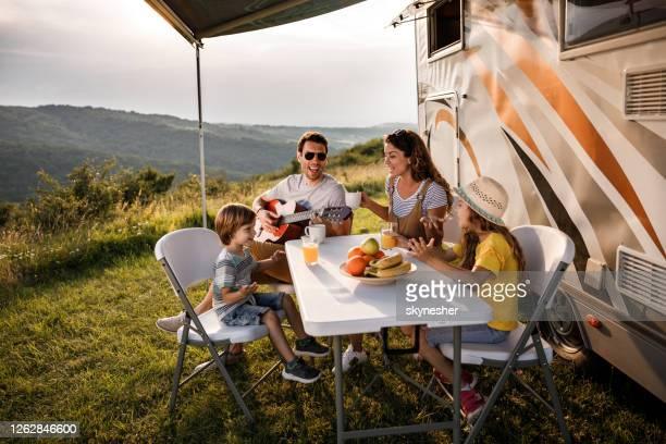 トレーラーで彼らのキャンプの日の間に幸せな家族の署名。 - キャンプする ストックフォトと画像
