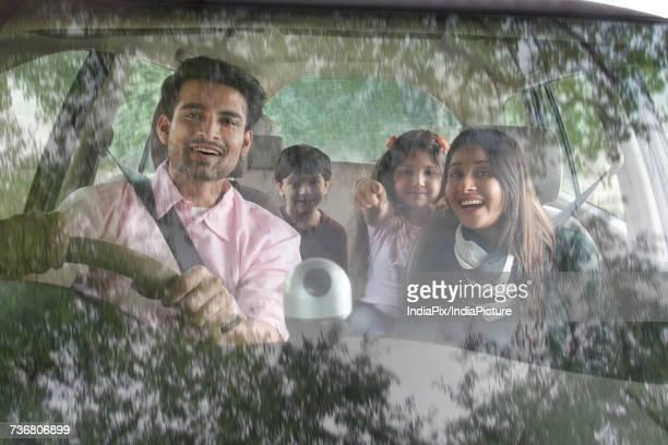 happy family sitting inside car - family inside car - fotografias e filmes do acervo