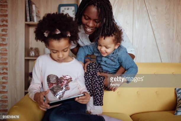 幸せな家族の笑顔 - interracial cartoon ストックフォトと画像