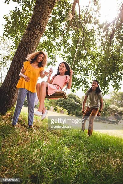 Glückliche Familie verbringt Zeit im Freien für das Wochenende.