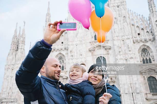 Familia feliz tomando un autorretrato