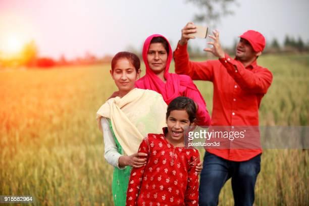 Selfie heureuse famille prise dans la nature