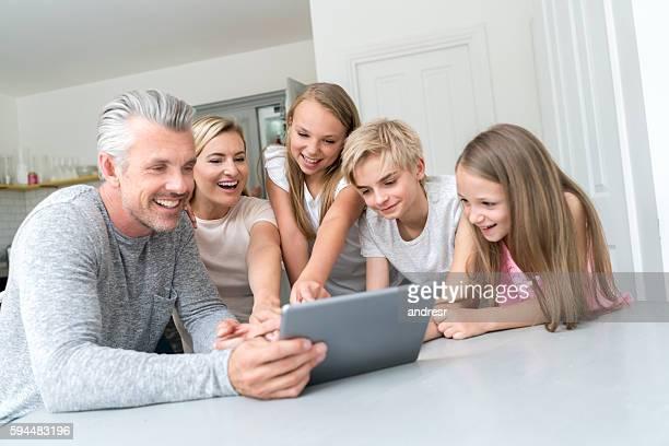 Glückliche Familie mit einem tablet-computer