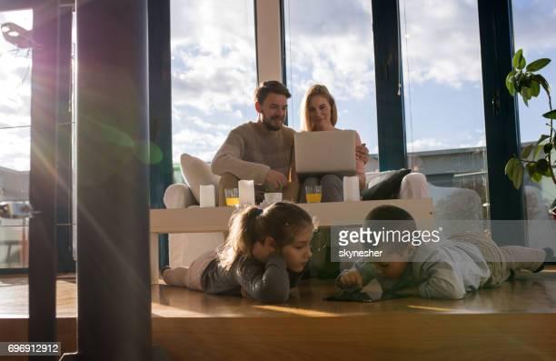 Glückliche Familie per Funk-Technologie beim Entspannen zu Hause.