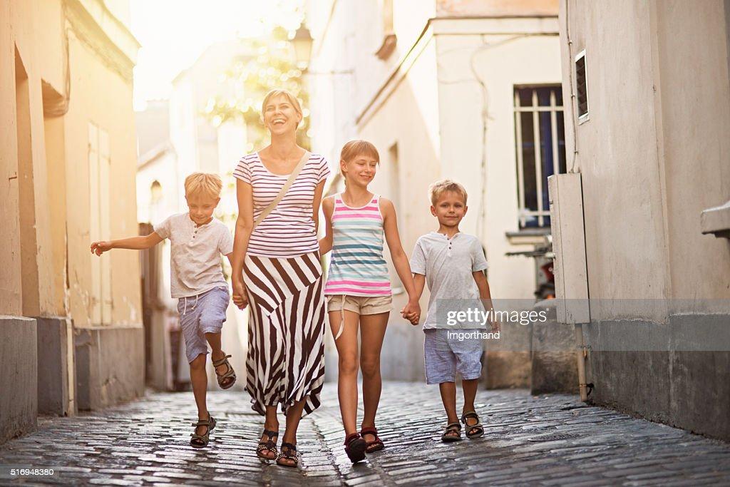 Happy family visiting Paris Montmartre : Stockfoto