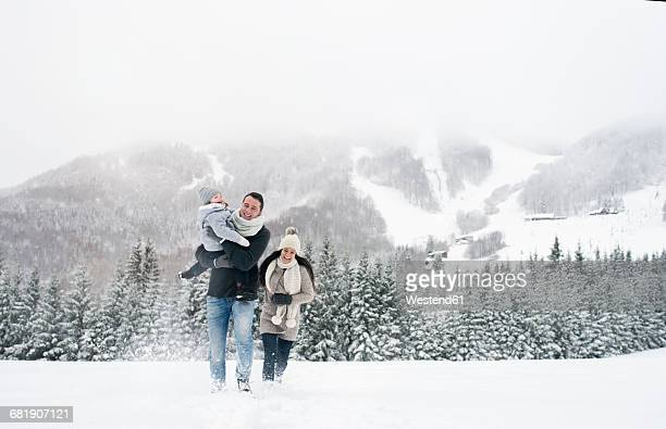 happy family walking in winter landscape - gemeinsam gehen stock-fotos und bilder