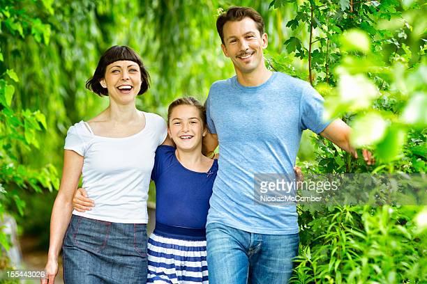 Glückliche Familie zusammen im park zu horizontal