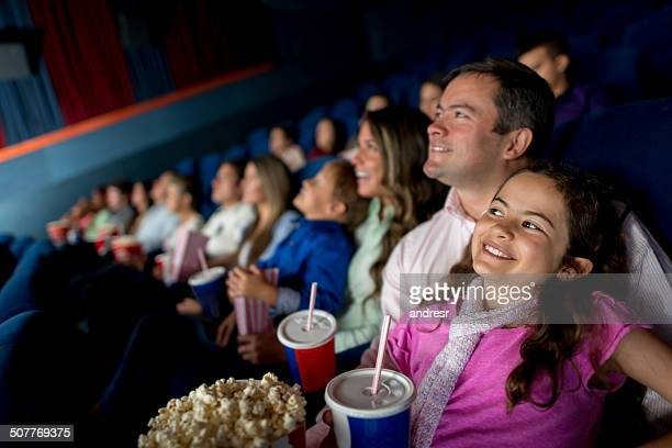 Famille heureuse en regardant un film