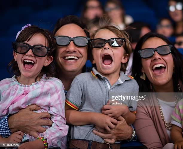 Feliz familia viendo una película