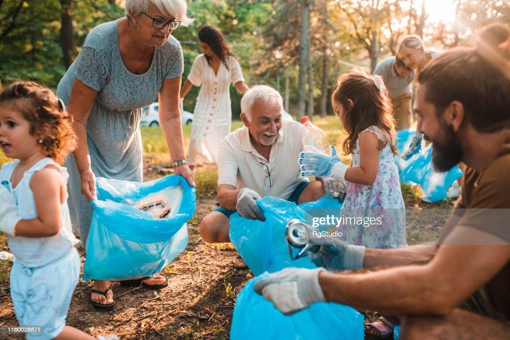 Lycklig familj med barn återvinning : Bildbanksbilder