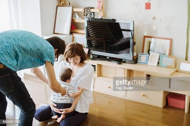 幸せな家族に新生児ます。