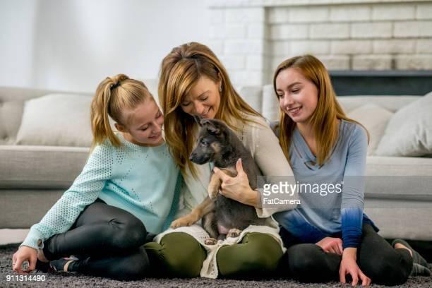 Familia feliz con cachorro