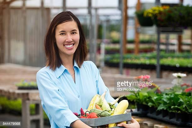 felice acquirente mercato degli agricoltori - bancarella di verdura foto e immagini stock
