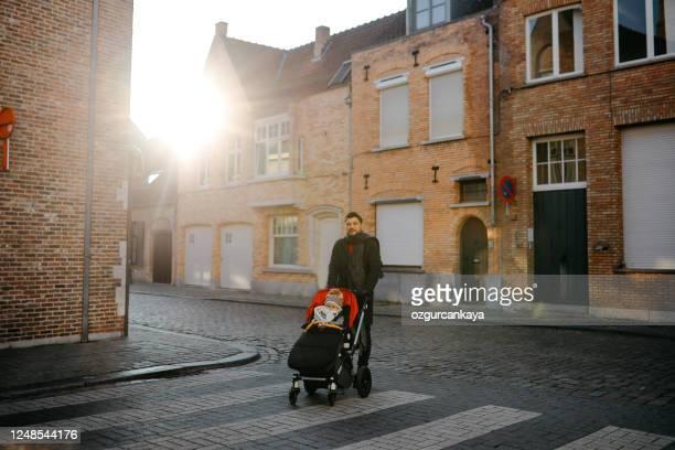 feliz padre e hija están caminando - flandes occidental fotografías e imágenes de stock