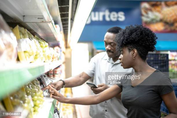 pai e filha felizes no supermercado - comparação - fotografias e filmes do acervo