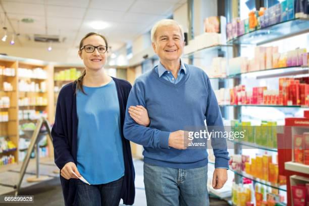 Glücklicher Vater und Tochter, die zu Fuß in der Apotheke
