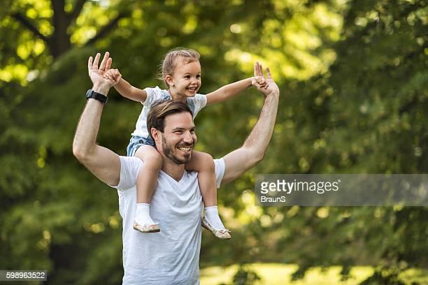 happy father carrying his small daughter on shoulders in nature. - família de um filho - fotografias e filmes do acervo