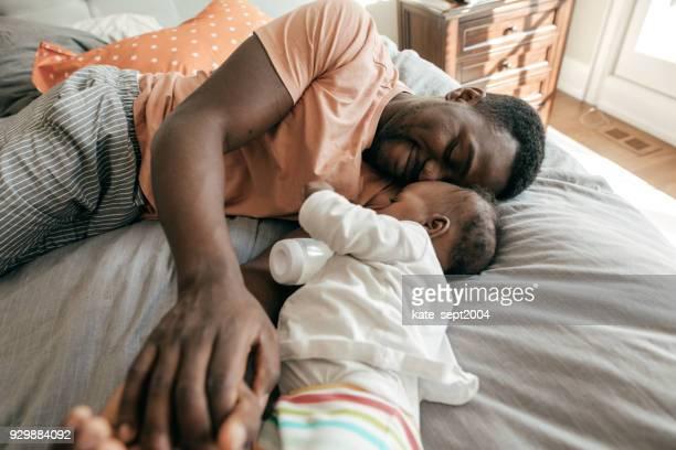 heureux père jouant avec fils tout-petits - bebe noir photos et images de collection