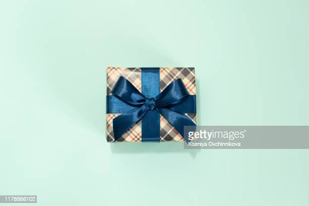 happy father's day greeting card with decorated gift box on blue background. top view. - mannelijke gelijkenis stockfoto's en -beelden