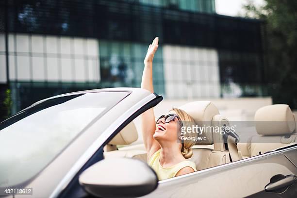 Femme heureux conducteur