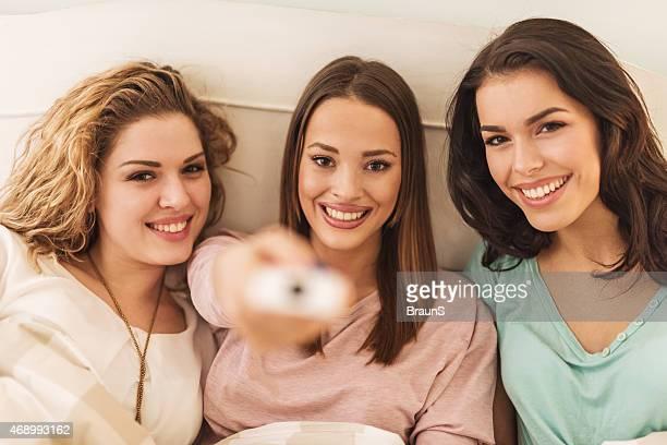 Felice femmina amici cambiare i canali.