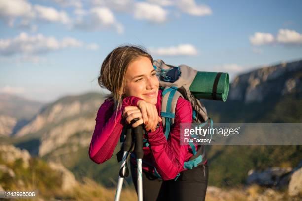 glückliche wanderin genießt die bergsonne - wandern stock-fotos und bilder