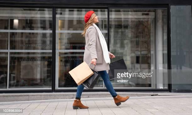 happy shopper femme marchant dans paris - bag photos et images de collection