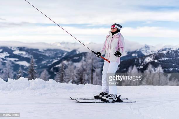 Felice femmina sciatore su impianti di risalita da sci in inverno.