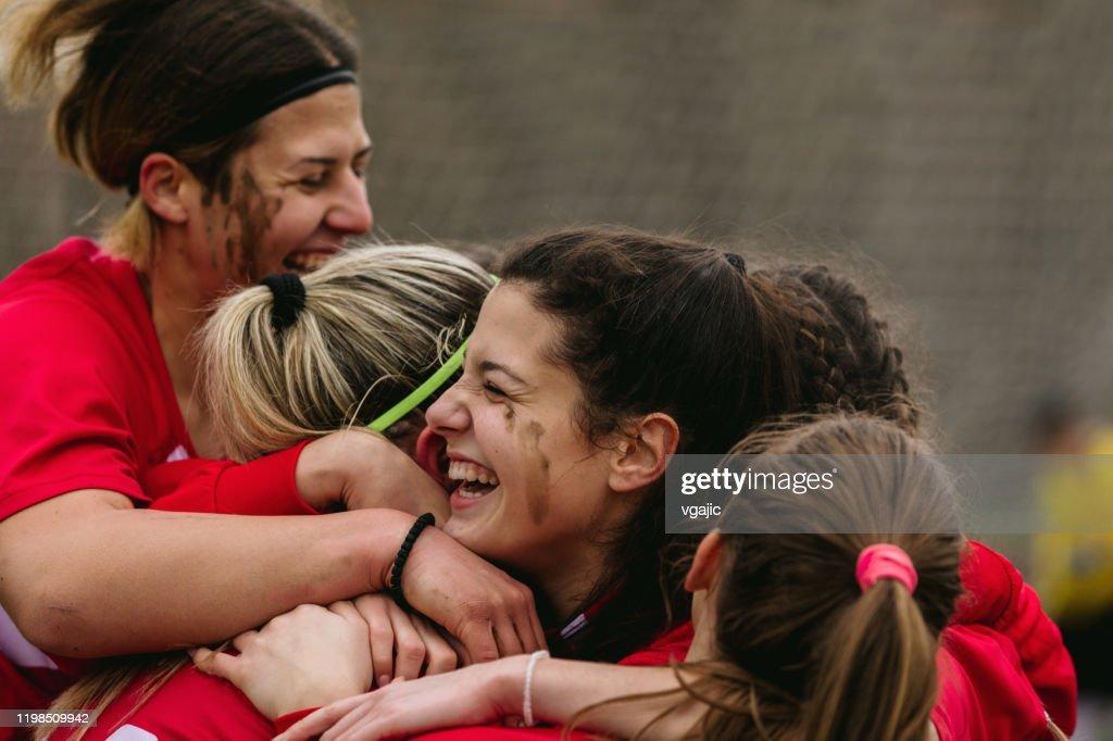 Gelukkige vrouwelijke voetballers vieren doel : Stockfoto