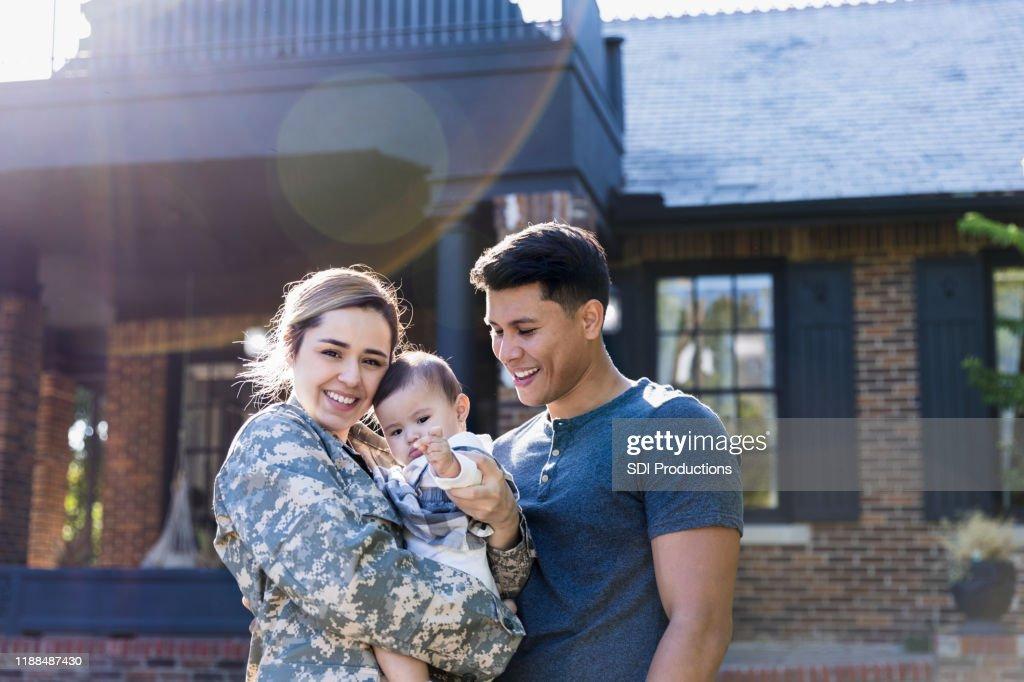 Feliz mujer soldado con su familia : Foto de stock