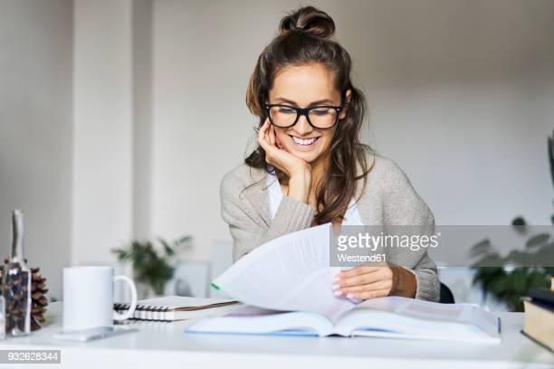 happy female student learning at home - akademisches lernen stock-fotos und bilder