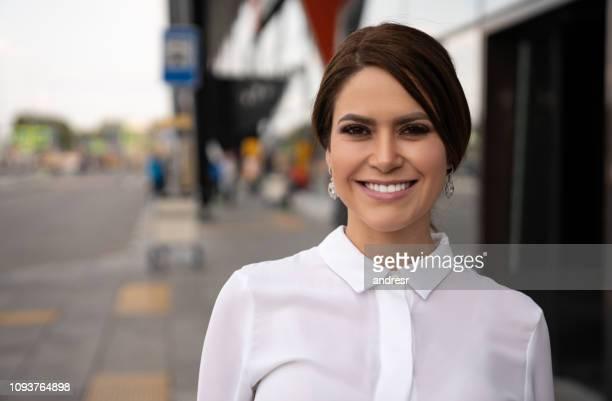 空港の外の幸せな女性旅行者 - クラウドソーシング ストックフォトと画像