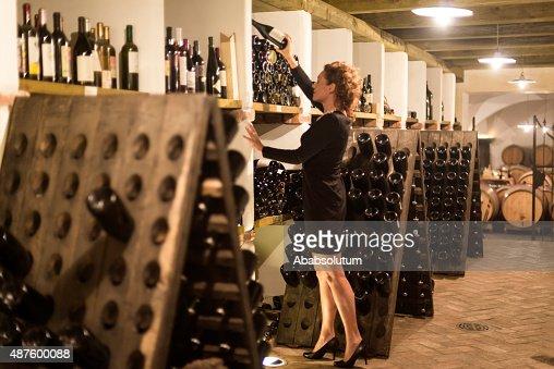 """Heureuse femme Le Vintner """"bouteilles de vin, une cave à vins en Europe"""
