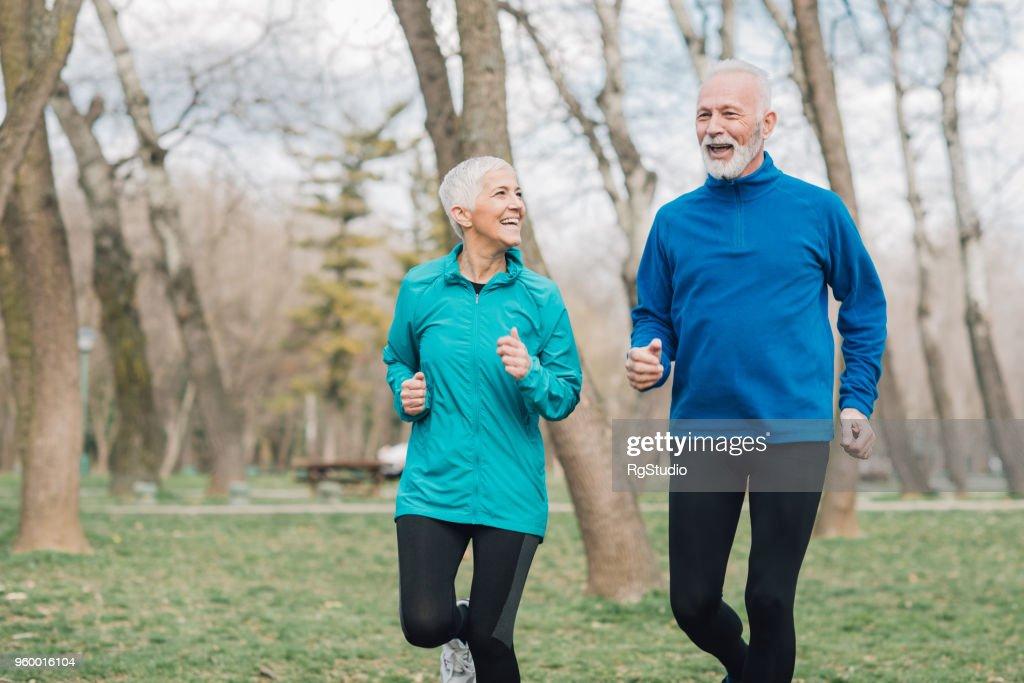 Happy passen Menschen laufen im park : Stock-Foto