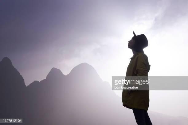 mujer joven feliz libertad - spirituality fotografías e imágenes de stock