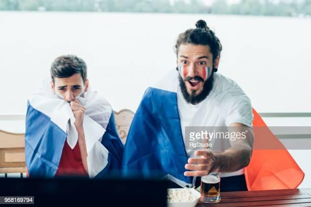 Glücklich Französisch Fußball Team Unterstützer Spiel mit Freund beobachten