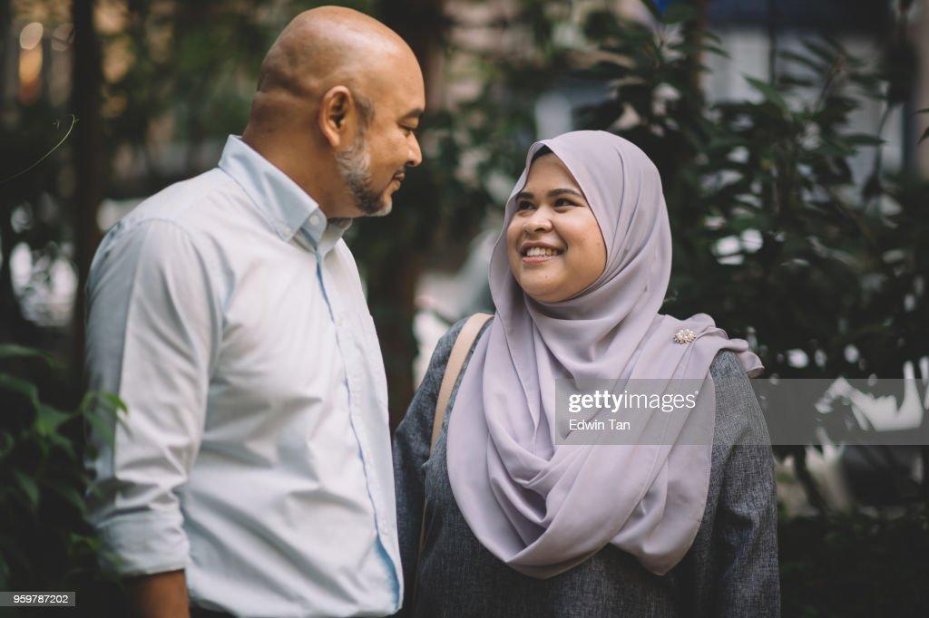 glücklich Freund zu Fuß an der Straße und im Gespräch mit anderen : Stock-Foto