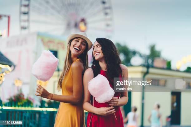 glückliche freunde im freizeitpark - volksfest stock-fotos und bilder