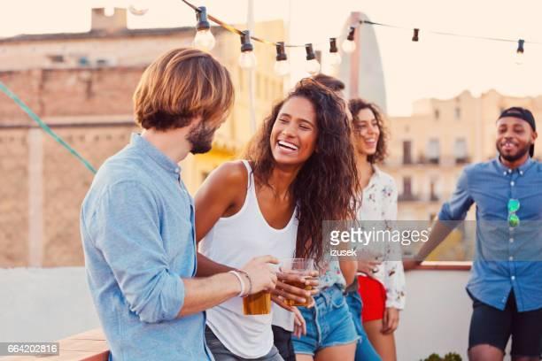 Glückliche Freunde auf der Party auf dem Dach
