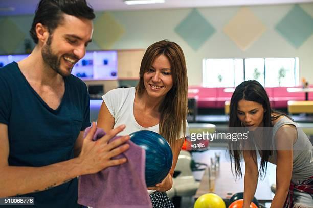 Glückliche Freunde Bowling zusammen.