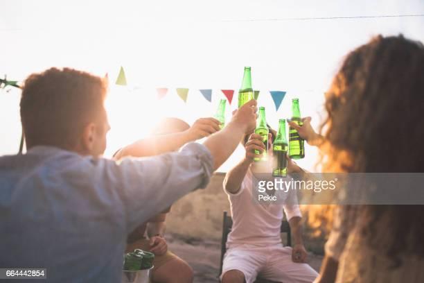 glückliche freunde feiert erfolg im dach-party - terrassenfeld stock-fotos und bilder