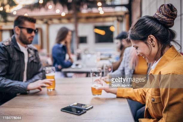 happy vrienden bier drinken in een pub tuin - bar gebouw stockfoto's en -beelden
