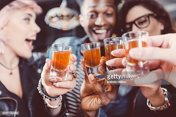 Felices amigos bebiendo tomas