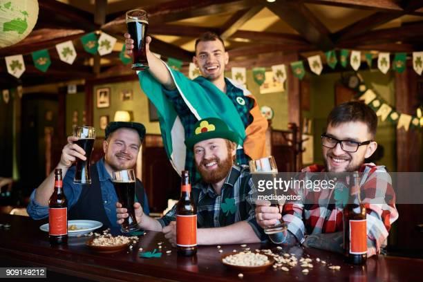 Glückliche Freunde genießen Bier Party am St. Patrick day