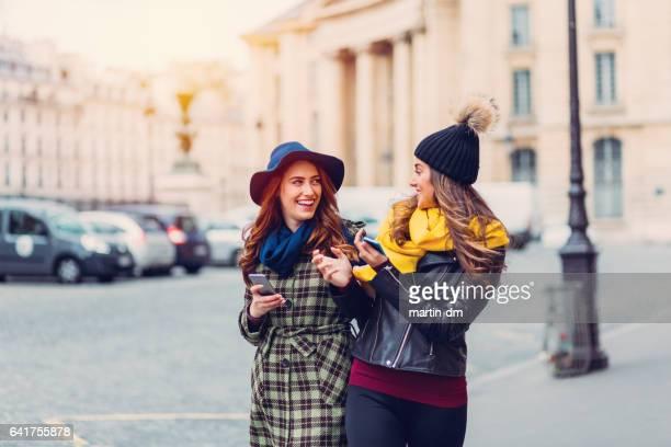 Amis heureux traîner à Paris