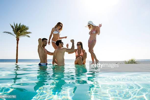 felizes amigos, divertir-se no lago infinito enquanto dançar. - só adultos imagens e fotografias de stock