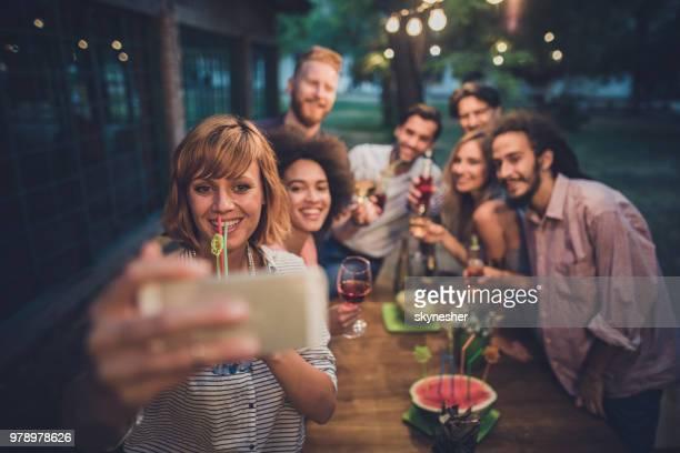 glückliche freunde spaß während der einnahme ein selbstporträt in einer nacht feiern. - selbstportrait stock-fotos und bilder