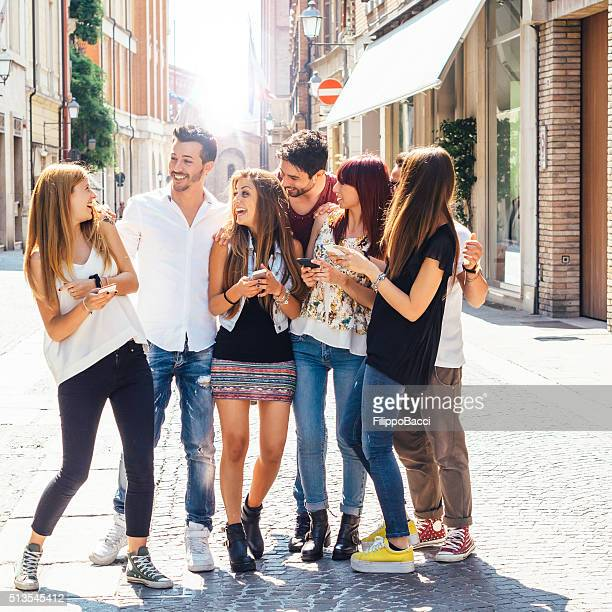 happy friends in the city - 20 29 years stock pictures, royalty-free photos & images