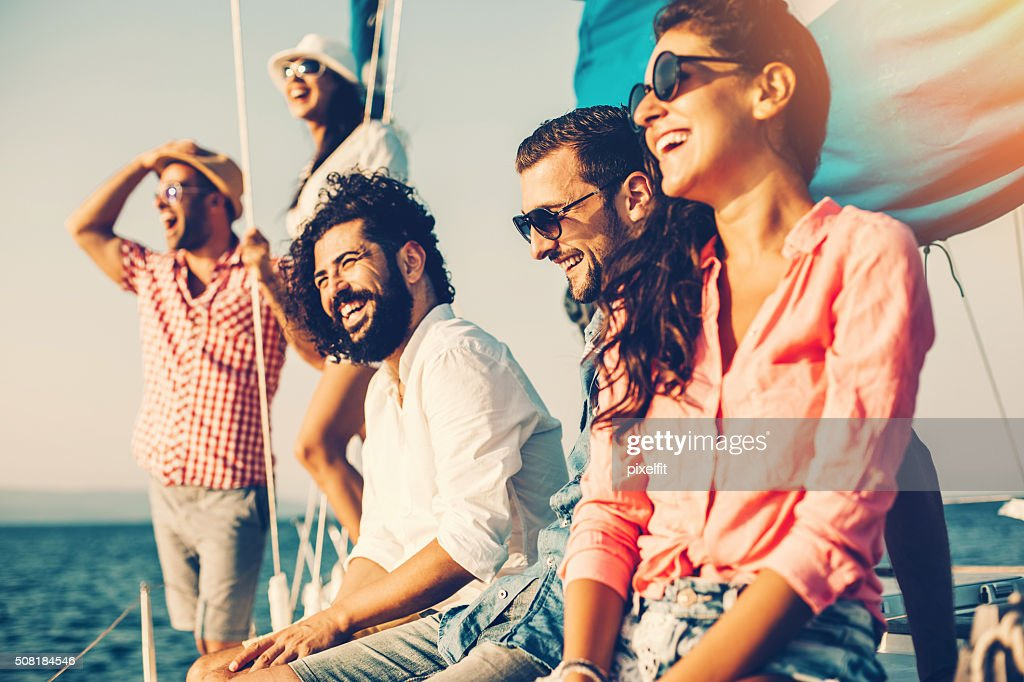 Happy friends on a yacht : Stockfoto