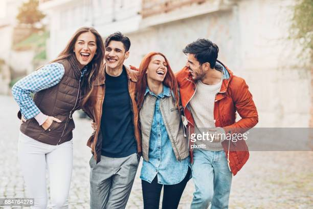 felizes amigos - roupa quente - fotografias e filmes do acervo